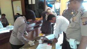 Kepolisian Resor Kabupaten Penajam Paser Utara, melaksanakan tes urine untuk mencegah adanya anggota yang terlibat maupun sebagai pemakai narkoba (Ist)