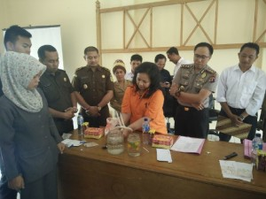 Kepolisian Resor Kabupaten Penajam Paser Utara, memusnahkan barang bukti narkoba jenis sabu-sabu seberat 52,59 gram (AH Ari B - Hello Borneo).
