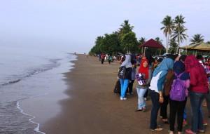 Pantai Corong di Kelurahan Tanjung Tengah, Kecamatan Penajam, Kabupaten Penajam Paser Utara, selalu ramai dikunjungi wisatawan pada saat liburan (Subur Priono - Humas Setkab Penajam Paser Utara)