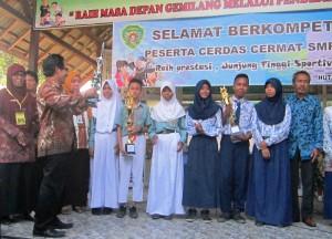Para pemenang lomba cerdas cermat tingkat SLTP se-Kabupaten Penajam Paser Utara (Subur Priono - Humas Setkab Penajam Paser Utara)