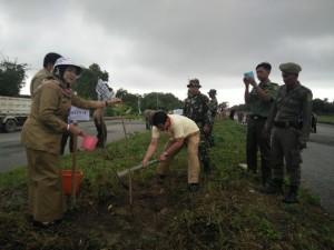 Pelaksana Tugas Sekretaris Kabupaten Penajam Paser Utara, Tohar saat melakukan penanaman pohon (AH Ari B - Hello Borneo)