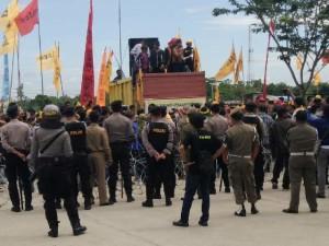 Ratusan warga Paser gelar aksi demo di Kantor Bupati Penajam Paser Utara (AH Ari B - Hello Borneo)