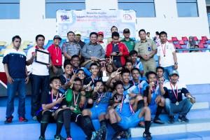 Tim sepak bola SMK Negri 2 Penajam berfoto dengan Bupati Yusran Aspar, usai penutupan LPI 2016 tingkat kabupaten di Stadion Utama Kabupaten Penajam Paser Utara (Suherman - Hello Borneo)