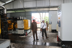 Wakil Bupati Penajam Paser Utara, Mustaqim MZ (kiri) didampingi Manajer PLN Ranting Petung, Muhammad Usman (kanan) melihat mesin pembangkit listrik baru di PLTD Girimukti AH Ari B - Hello Borneo).