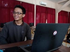Arya Naradi Iswara, siswa kelas  12 IPA 1 SMA Negeri 1 Kabupaten Penajam Paser Utara, siap menghadapi ujian nasional berbasis komputer (Bagus Purwa - Hello Borneo)