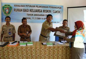 Kepala BPMPD Kabupaten PPU, memberikan penghargaan kepada desa dan kelurahan (Subur Priono - Humas Setkab Penajam Paser Utar