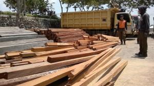 Puluhan kubik kayu ilegal, yang disita sebagai kayu temuan pada 2014-2015 dilelang Dinas Kehutanan dan Perkebunan Kabupaten Penajam Paser Utara (AH Ari B - Hello Borneo).