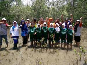 Sejumlah pelajar dan guru di wilayah pesisir Kabupaten Penajam Paser Utara, ikiti kegiatan tanam mangrove peringati Hari Bumi Sedunia 2016 (Subur Priono - Humas Setkab Penajam Paser Utara)