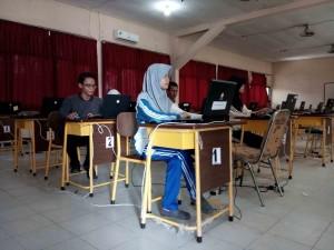 Siswa SMA Negeri 1 Penajam melakukan simulasi untuk menghadapi UNBK 2016 (Bagus Purwa - Hello Borneo)