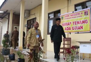 Wakil Bupati Penajam Paser Utara, Mustaqim MZ saat melakukan monitoring pelaksanaan Ujian Nasional (Subur Priono - Humas Setkab Penajam Paser Utara)