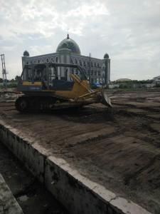 Pembangunan akses jalan masuk menuju stadion yang berada di kilometer 8, Kelurahan Nipah-nipah, Kecamatan Penajam. (AH Ari B - Hello Borneo)