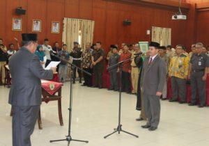 Bupati Yusran Aspar melantik Tohar menjadi pejabat definitif Sekretaris Kabupaten Penajam Paser Utara (Subur Priono - Humas Penajam Paser Utara)
