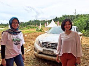 Hana Maharani (kiri),  Head of Communication PT. NMI dan Lola Harahap, Communication Supervisor di depan Nissan Navara saat track off road. (Ramadhanesia - Hello Borneo)