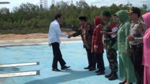 Presiden Joko Widodo disambut Bupati Penajam Paser Utara, Yusran Aspar saat akan meresmikan sejumlah proyek besar di KIB akhir tahun 2015 (Subur Priono - Humas Setkab Penajam Paser Utara)
