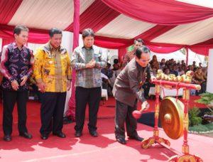 Wagub Kaltim HM Mukmin Faisyal memukul gong menandai pembukaan Pekan Daerah ke-9 tingkat Provinsi Kaltim yang dipusatkan di Kecamatan Babulu, Kabupaten PPU (Subur Priono - Humas Setkab Penajam Paser Utara)