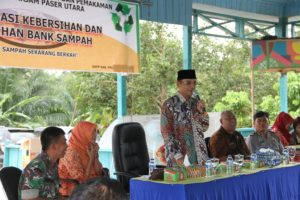 Wakil Bupati Penajam Paser Utara, Mustaqim MZ memberikan arahan pada sosialisasi kebersihan dan pelatihan bank sampah di Desa Tengin Baru Kecamatan Sepaku (Iskandar - Humas Setkab Penajam Paser Utara)