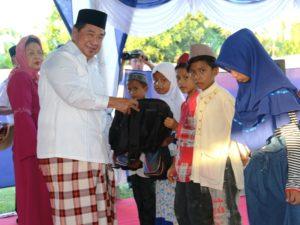 Bupati Penajam Paser Utara, Yusran Aspar memberikan santuan kepada masyarakat kurang mampu pada kegiatan Safari Ramadhan (Subur Priono - Humas Setkab Penajam Paser Utara)