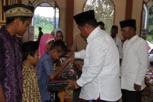 Bupati Penajam Paser Utara, Yusran Aspar menyerahkan bantuan saat Safari Ramadhan di Masjid Darussalam Desa Tengin Baru, Kecamatan Sepaku (Indra Jaya Wiyono - HUmas Setkab Penajam Paser Utara)
