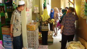 Disperindagkop UKM Kabupaten Penajam Paser Utara lakukan razia makanan dan minuman kemasan kedaluwarsa (AH Ari B - Hello Borneo).