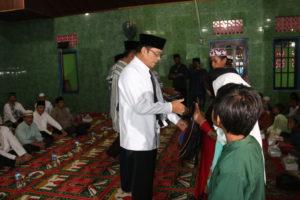 Wabup PPU, Mustaqim MZ memberikan bantuan saat Safari Ramadan. (Indra Jaya Wiyono - Humas Setkab PPU)