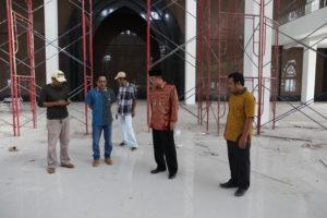 Wakil Bupati, Mustaqim MZ (kedua dari kanan) melakukan pengecekan pembangunan Masjid Agung di kilometer sembilan Kelurahan Nipah-Nipah (Indra Jaya Wiyono - Humas