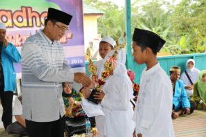 Wakil Bupati Penajam Paser Utara, Mustaqim MZ menyerahkan piala kepada peserta terbaik pawai ta'aruf Gebyar Ramadhan di Kecamatan Sepaku (Indra Jaya Wiyono  - Humas Setkab Penajam Paser Utara)