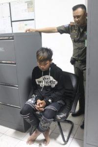 Asok diamankan di Kantor Satpol PP sebelum dipulangkan ke kampung halamannya (MR Saputra - Hello Borneo).