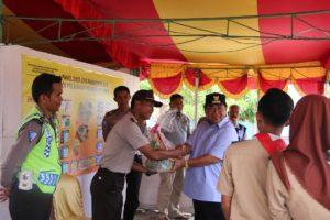 Bupati Penajam Paser Utara, Yusran Aspar berikan bingkisan kepada anngota Posko Ramadhaniya 2016 (AH Ari B - Hello Borneo)