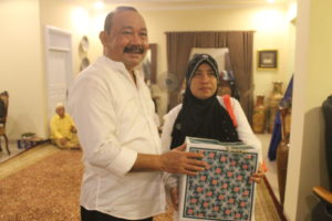 Andi Harahap (Berbaju Putih) memberikan sumbangan pada masyarakat. (MR Saputra - Hello Borneo)