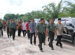 Pangdam VIMulawarman Mayjen TNI Benny Indra Pujihastono bersama meninjau lokasi pembangungan jaringan pipa untuk irigasi di Kecamatan Babulu (Subur Priono Humas - Setkab PPU)