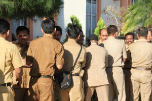 Para pegawai saling bersalaman pada gelaran silaturahmi yang dilaksanakan Setkab Penajam Paser Utara usai apel pagi hari pertama masuk kerja. (Iskandar - Humas Setkab Penajam Paser Utara).