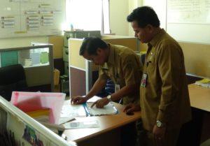 Sekretaris Kabupaten Penajam Paser Utara, Tohar sidak kehadiran pegawai saat hari pertama pascacuti Lebaran 2016 (AH Ari B - Hello Borneo)