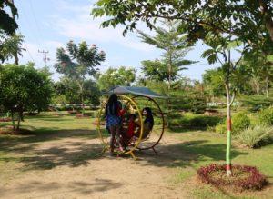 Taman Bunga Rozeline jadi tempat favorit untuk bersantai warga Kabupaten Penajam Paser Utara (Subur Priono - Humas Setkab Penajam Paser Utara).