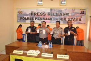 Kapolres Penajam Paser Utara, AKBP Teddy Ringkasan SH, SIK, MH didampingi jajarannya melakukan Press Release dengan media cetak online. (Ist)