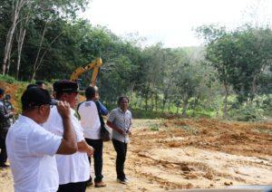 Bupati Penajam Paser Utara, Yusran Aspar saat meninjau kegiatan pengerjaan pembangunan insfrastruktur jalan yang dilakukan UPT PU Kecamatan (Subur Priono - Humas Setkab Penajam Paser Utara)