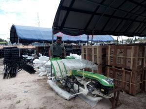 Dandim_0913 Penajam Paser Utara Letkol Czi Adi Suryanto menunjukan_bantuan peralatan pertanian dari Kementan (Bagus Purwa-Hello_Borneo)