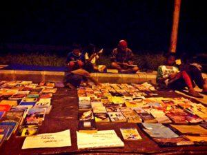 Kegiatan Literasi Jalanan Komunitas Gemar Belajar Penajam. (Gusti - Hello Borneo)