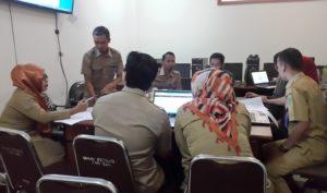 Pegawai Bagian Pembangunan Sekretariat Kabupaten Penajam Paser Utara memberikan pemahaman program pengisian rencana umum pengadaan secara elektronik (Subur Priono - Humas Setkab Penajam Paser Utara).
