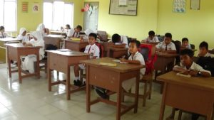 Siswa-siswi SD Negeri 039 Penajam bisa belajar dengan baik setelah mendapatkan bantuan pinjam pakai kursi dan meja dari Disdikpora Kabupaten Penajam Paser Utara (AH Ari B - Hello Borneo)