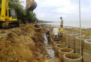 Pembangunan pondasi sepanjang garis Pantai Tanjung Jumlai, Kabupaten Penajam Paser Utara (Subur Priono - Humas Setkab Penajam Paser Utara)