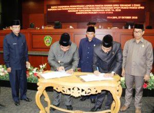 Bupati Penajam Paser Utara Yusran Aspar dan Ketua DPRD Nanang Ali menandatangani berita acara rapat paripurna (Subur Priono - Humas Setkab Penajam Paser Utara)