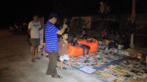 Sekda PPU, Tohar (Bertopi) saat mengunjungi lapak Literasi Jalanan Komunitas Gembel Penajam. (MR Saputra - Hello Borneo)