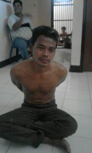 Tersangka pelau pencurian motor diamankan polisi. (MR Saputra - Hello Borneo)