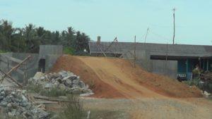 Jembatan yang menghubungkan Kelurahan Kampung Baru - Kelurahan Sesumpu sudah bisa dilalui walau warga meski berhati-hati, (MR Saputra - Hello Borneo)