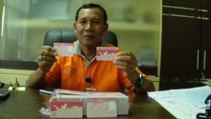 epala Disdukcapil Kabupaten Penajam Paser Utara, Suyanto menunjukkan blanko KIA (AH Ari B - Hello Borneo)