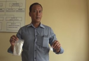 Kepala Urusan Pembinaan Operasi Satreskoba Polres Penajam Paser Utara Inspektur Dua Singgih, memperlihatkan barang bukti (AH Ari B - Hello Bormeo)
