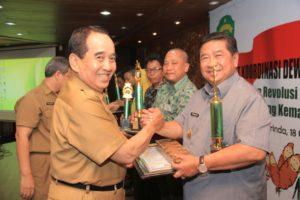 Wakil Gubernur Kalimantan Timur, Mukmin Faisyal menyerahkan penghargaan Adhikarya Pangan Nusantara 2016 kepada Bupati PPU Yusran Aspar (Alpian - Humas Setkab PPU)