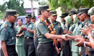 Pangdam VI Mulawarwan, Mayjen Jhony L. Tobing dalam arahannya saat melakukan kunjugan kerja di Kodim 0904 TNG, Kamis (20/10). (Anto JKN - Hello Borneo)