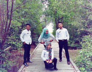 Pengunjung mengabadikan foto bersama di lokasi mangrove Kelurahan Kampung Bru. (Subur Priono - Humas Setkab Penajam Paser Utara)