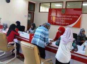 Pelayanan administrasi kependudukan di Disdukcapil Kabupaten Penajam Paser Utara. (Subur Priono - Humas Setkab Penajam Paser Utara)